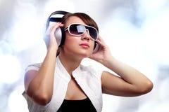 Muchacha que escucha la música Imágenes de archivo libres de regalías