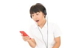 Muchacha que escucha la música Fotos de archivo