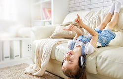 Muchacha que escucha la música Fotos de archivo libres de regalías