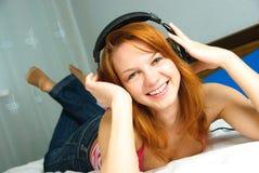 Muchacha que escucha la música Fotografía de archivo libre de regalías
