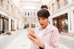 Muchacha que escucha la música con los auriculares Fotografía de archivo libre de regalías