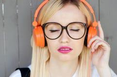Muchacha que escucha la música, muchacha que disfruta de música Fotos de archivo