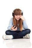 Muchacha que escucha la música en el jugador MP3 Fotografía de archivo
