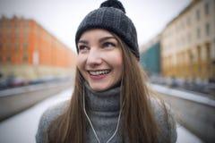 Muchacha que escucha la música en los auriculares blancos Fotografía de archivo libre de regalías