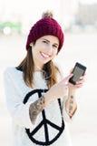Muchacha que escucha la música en smartphone Imagenes de archivo