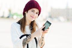 Muchacha que escucha la música en smartphone Fotos de archivo libres de regalías
