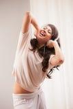 Muchacha que escucha la música en su baile de la casa Imagen de archivo libre de regalías