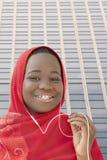 Muchacha que escucha la música y que canta en la calle, trece años Fotografía de archivo libre de regalías