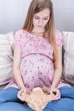 Muchacha que espera a su primer bebé Imagenes de archivo