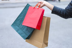 Muchacha que está volviendo de compras Fotografía de archivo libre de regalías
