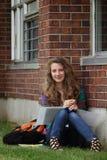 Muchacha que estudia afuera Foto de archivo libre de regalías