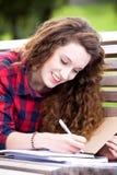Muchacha que estudia al aire libre Imágenes de archivo libres de regalías