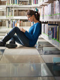 Muchacha que estudia en biblioteca fotos de archivo