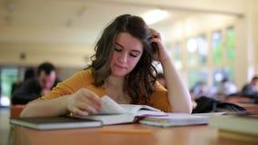 Muchacha que estudia en biblioteca metrajes