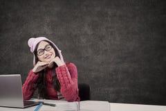 Muchacha que estudia en clase y que mira el espacio de la copia Imagen de archivo libre de regalías