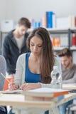 Muchacha que estudia en el escritorio Fotografía de archivo