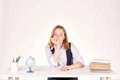 Muchacha que estudia en el escritorio Foto de archivo