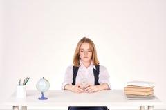 Muchacha que estudia en el escritorio Foto de archivo libre de regalías