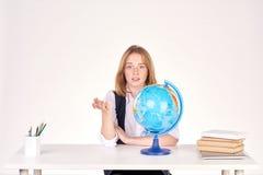 Muchacha que estudia en el escritorio Fotos de archivo libres de regalías