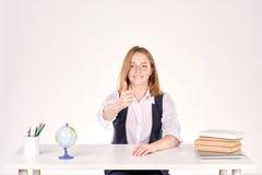 Muchacha que estudia en el escritorio Imágenes de archivo libres de regalías