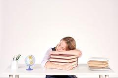 Muchacha que estudia en el escritorio Imagenes de archivo
