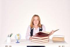 Muchacha que estudia en el escritorio Fotografía de archivo libre de regalías