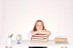 Muchacha que estudia en el escritorio Fotos de archivo