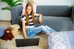 Muchacha que estudia en el país Imágenes de archivo libres de regalías