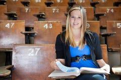 Muchacha que estudia en el pasillo de la universidad Foto de archivo