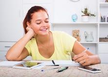 Muchacha que estudia en la tabla Fotografía de archivo libre de regalías