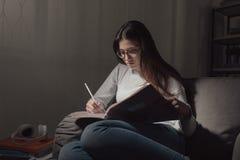 Muchacha que estudia tarde en la noche Foto de archivo libre de regalías