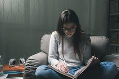 Muchacha que estudia tarde en la noche Fotos de archivo libres de regalías
