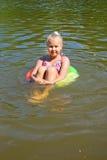 Muchacha que flota en el río Fotografía de archivo libre de regalías