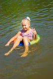 Muchacha que flota en el río Fotografía de archivo
