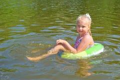 Muchacha que flota en el río Imagen de archivo