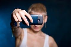 Muchacha que fotografía en el teléfono Imagenes de archivo