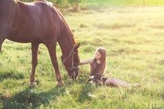 Muchacha que frota ligeramente su caballo Imágenes de archivo libres de regalías