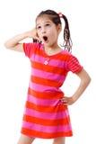 Muchacha que gesticula hablar en el teléfono Imagenes de archivo