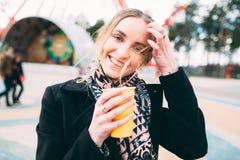 Muchacha que goza del café de la mañana en un parque Fotos de archivo