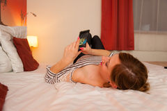 Muchacha que goza en cama fotografía de archivo libre de regalías