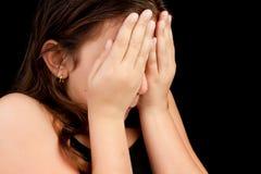 Muchacha que grita y que oculta su cara Imagen de archivo libre de regalías