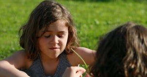 Muchacha A que habla con el campo de la muchacha B o el tiro reverso metrajes