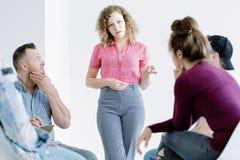 Muchacha que habla durante la sesión Fotos de archivo libres de regalías