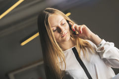 Muchacha que habla en el teléfono Fotos de archivo
