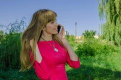 Muchacha que habla en el teléfono celular Fotografía de archivo