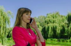 Muchacha que habla en el teléfono celular Imagen de archivo