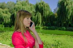 Muchacha que habla en el teléfono celular Foto de archivo libre de regalías
