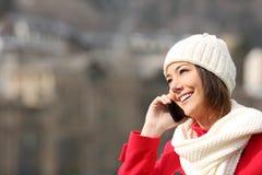 Muchacha que habla en el teléfono en invierno Fotos de archivo libres de regalías