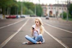 Muchacha que habla en el teléfono lifestyle Foto de archivo libre de regalías