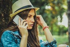 Muchacha que habla en el teléfono móvil Imágenes de archivo libres de regalías